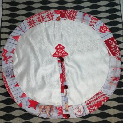Юбка для елки из белого шелка с красным кантом декоративная