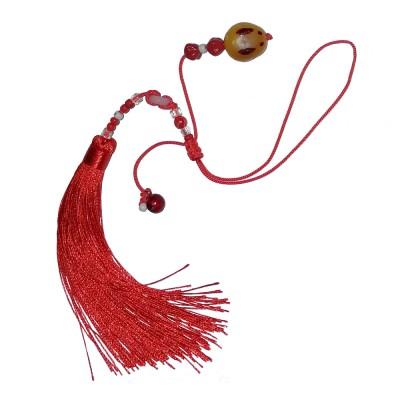 Подвеска на пояс с янтарным кроликом и красной шелковой кистью